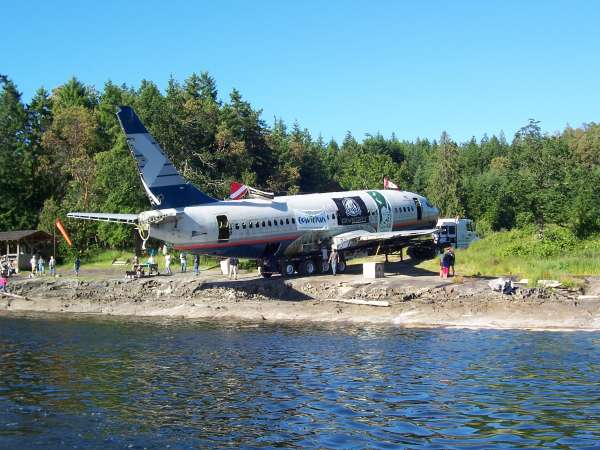 737 artificial reef plane on beach before sinking